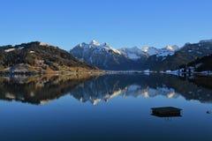 Alte montagne che si rispecchiano nel lago Sihlsee Fotografie Stock Libere da Diritti