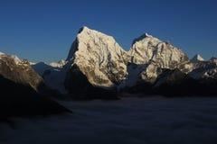 Alte montagne Cholatse e Taboche Immagine Stock
