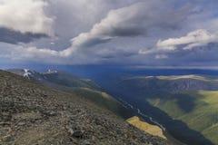 Alte montagne con il fiume Fotografie Stock