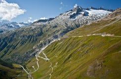 Alte montagne con la strada curva Fotografie Stock