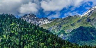 Alte montagne contro cielo blu Fotografia Stock