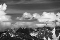 Alte montagne coperte di nuvole Fotografia Stock