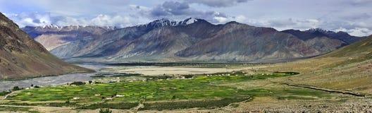 Alte montagne della valle Zanskar: fra le montagne rosa e blu ha allungato i campi verdi e le piccole case bianche della v Fotografia Stock Libera da Diritti
