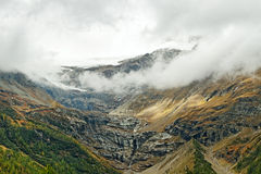 Alte montagne delle alpi fra l'Italia e la Svizzera. Fotografia Stock