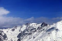 Alte montagne di inverno al giorno soleggiato piacevole Immagini Stock