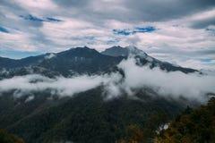 Alte montagne e nuvole, bello paesaggio della natura Immagini Stock Libere da Diritti