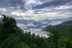 Alte montagne e nuvole, bello paesaggio della natura Fotografie Stock