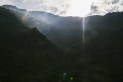 Alte montagne e nuvole, bello paesaggio della natura Immagini Stock