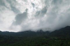 Alte montagne e nuvole, bello paesaggio della natura Fotografia Stock