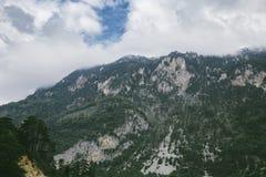 Alte montagne e nuvole, bello paesaggio della natura Immagine Stock