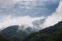 Alte montagne e nuvole, bello paesaggio della natura Fotografia Stock Libera da Diritti
