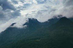 Alte montagne e nuvole, bello paesaggio della natura Fotografie Stock Libere da Diritti