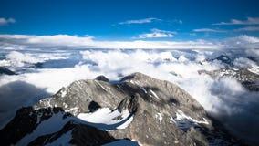 Alte montagne e nuvole bianche Immagini Stock Libere da Diritti