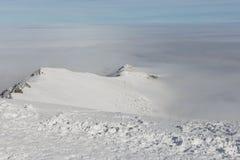 Alte montagne e nuvole di Snowy Vista dalla parte superiore della montagna Immagini Stock Libere da Diritti