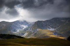 Alte montagne e nuvole, montagne del beaHigh e nuvole, paesaggio landscapeutiful di natura della bella natura Fotografia Stock