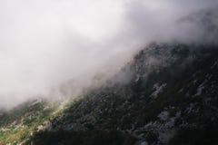 Alte montagne e nuvole, paesaggio della natura Fotografie Stock Libere da Diritti
