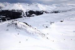 Alte montagne e pendii dello sci in alpi (Austria) Immagine Stock