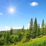 Alte montagne e sole Fotografia Stock