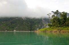Alte montagne ed acqua verde. Fotografia Stock Libera da Diritti