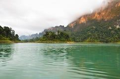 Alte montagne ed acqua verde. Immagini Stock Libere da Diritti