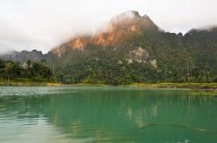 Alte montagne ed acqua verde. Immagine Stock Libera da Diritti