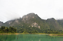 Alte montagne ed acqua verde. Fotografia Stock