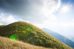 Alte montagne nell'ambito del sole Giovani adulti Viandante delle coppie sopra fotografia stock