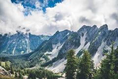 Alte montagne nelle nuvole Immagini Stock Libere da Diritti