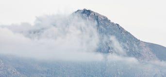 Alte montagne nelle nuvole Fotografia Stock