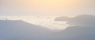 Alte montagne nelle nuvole Fotografie Stock