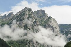 Alte montagne nelle nuvole Immagini Stock