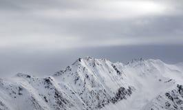 Alte montagne nevose e cielo grigio prima della bufera di neve Fotografie Stock Libere da Diritti