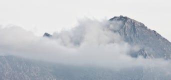 Alte montagne in nubi Fotografia Stock