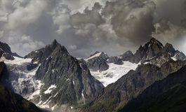 Alte montagne in nubi Immagini Stock