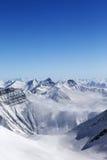 Alte montagne in opacità Fotografia Stock