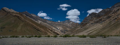 Alte montagne panoramiche della valle del fiume di Zanskar, belle catene di montagna, fondo della foto del ciottolo del fiume al  Fotografia Stock Libera da Diritti