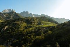 Alte montagne, prato pacifico cky e verde blu immagini stock libere da diritti