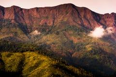 Alte montagne senza alberi e rosso Immagini Stock