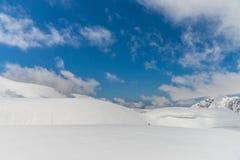 Alte montagne sotto neve con chiaro cielo blu Fotografia Stock
