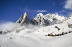 Alte montagne sotto neve fresca nella stagione invernale Immagine Stock Libera da Diritti