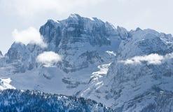 Alte montagne sotto neve in inverno Immagine Stock