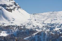 Alte montagne sotto neve in inverno Immagini Stock