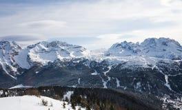 Alte montagne sotto neve in inverno Fotografia Stock