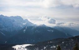 Alte montagne sotto neve in inverno Fotografie Stock