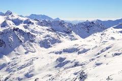 Alte montagne sotto neve in inverno Penda sulla località di soggiorno di corsa con gli sci, alpi europee Immagine Stock Libera da Diritti