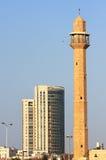 Alte Moschee und modernes Gebäude in Tel Aviv. Stockfotografie