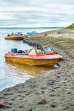 Alte Motorboote auf der Bank von Fluss Indigirka in Nord-Yakutia Lizenzfreies Stockbild