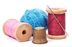 Alte Muffe und Nadel mit Thread Stockbild