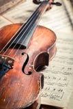 Alte musikalische Blätter und Violine Stockbilder