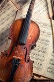 Alte musikalische Blätter und Violine mit Tinte und Feder Stockfoto